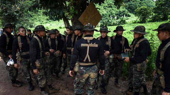 Les soldats thaïlandais, ainsi que des soldats américains et des spécialistes étrangers sont sur place pour prêter main forte.