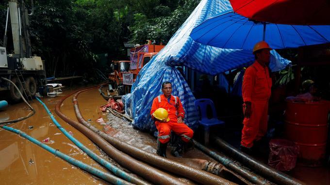 Épaulés par des spécialistes de japonais, les secouristes s'activent déjà 24 heures sur 24 à pomper l'eau de la cavité.