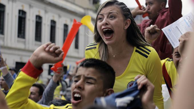 Des supporters colombiens célèbrent depuis Bogota le but inscrit par leur équipe nationale contre la Pologne en Russie, le 24juin.