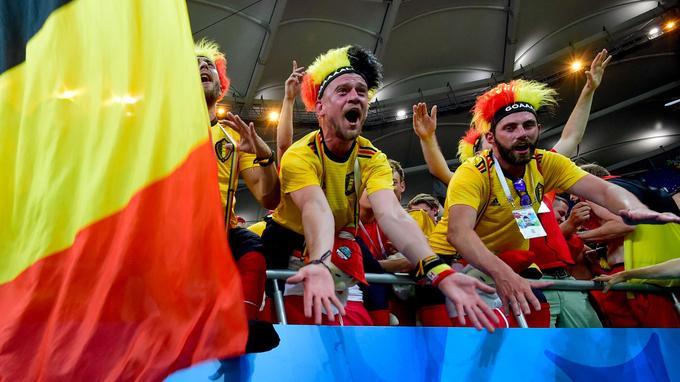 Ces supporters belges vêtus des couleurs nationales exultent après la victoire de leur équipe face au Japon, le 2juillet.