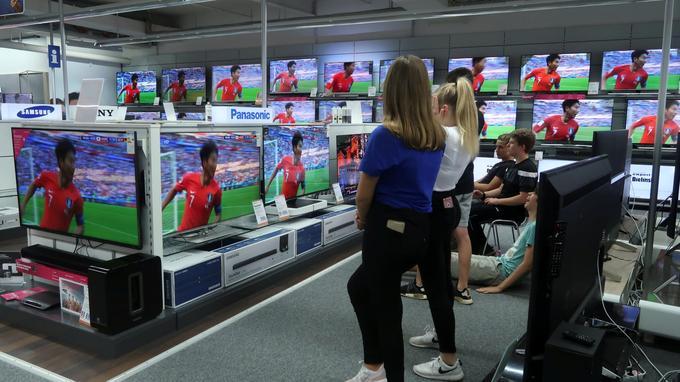 Des adolescents allemands regardent la célébration d'un joueur sud-coréen après son but contre l'Allemagne, dans un magasin d'électronique près de Bonn, en Allemagne, le 27juin.