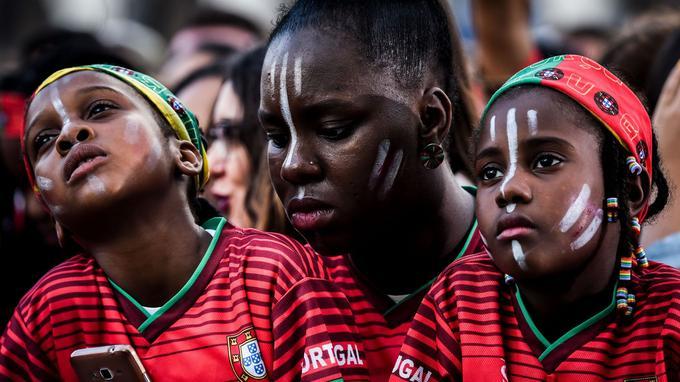 Des supporters du Portugal suivent sur un écran géant depuis Lisbonne le match lors duquel leur équipe a été éliminée de la Coupe du Monde, face à l'Uruguay, le 30juin.