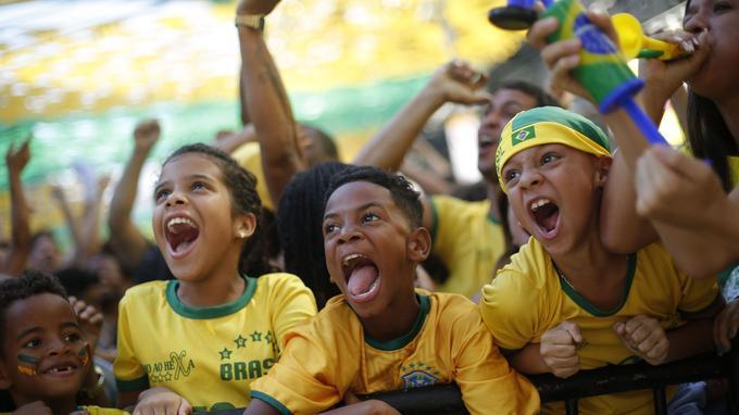 Des enfants fans de l'équipe brésilienne célèbrent à Rio de Janeiro le deuxième but marqué par la Seleçao face au Mexique, le 2juillet.