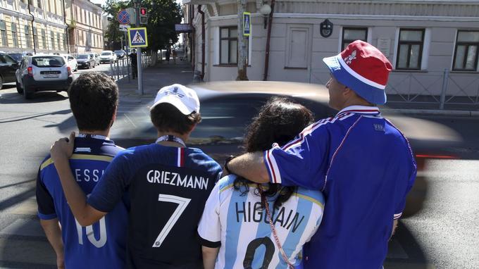 Une famille franco-argentine et un couple français dans les rues de Kazan en Russie, le 29 juin, à la veille du match France-Argentine.
