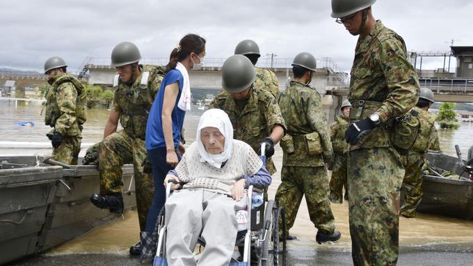 Une personne âgée est sauvée des inondations dans la ville de Kurashiki au sud-ouest du Japon.