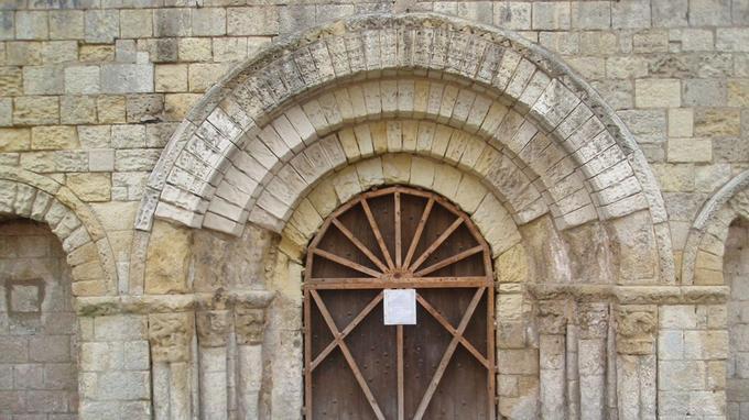 Le portail de l'église avec quatre voussures.