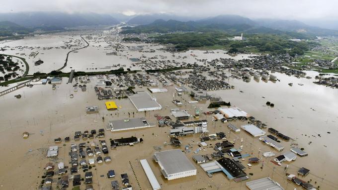 Les bâtiments sont presque submergés par les eaux à cause des fortes pluies à Kurashiki, préfecture d'Okayama, au sud-ouest du Japon.