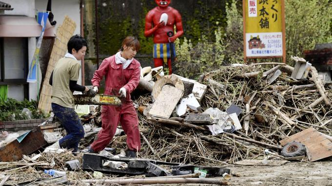 Les habitants nettoient leur maison endommagée par les fortes pluies dans la ville de Soja, préfecture d'Okayama, au sud-ouest du Japon.