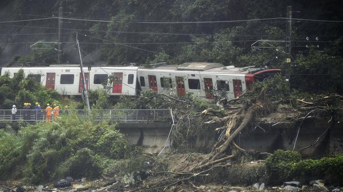 Un train déraille à cause d'un glissement de terrain à Karastu, dans le sud-ouest du Japon.