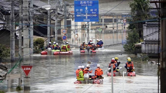 Les sauveteurs se dirige en bateaux vers la zone de Kurashiki, sur-ouest du Japon.