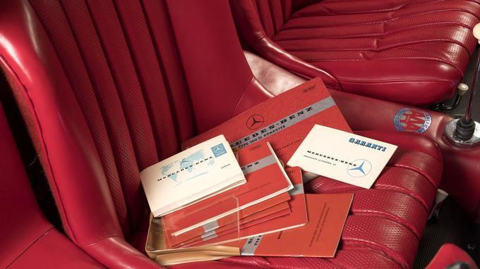 Le véhicule possédait tous ses documents d'origine (carnet de garantie, manuel d'utilisation, livret du réseau).