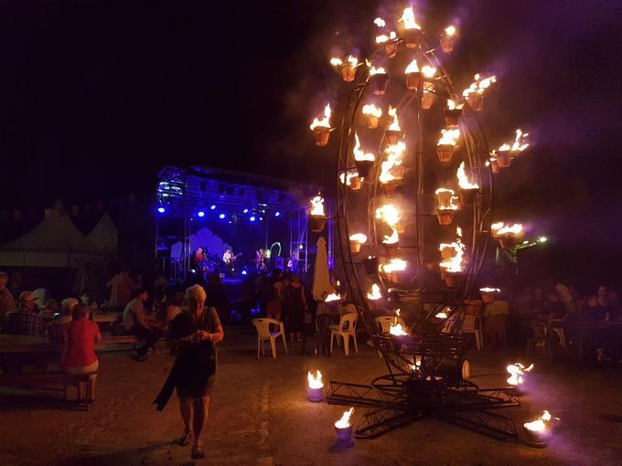 La compagnie Carabosse a présenté sur la place du Champ de foire une installation de feu samedi 7 juillet.