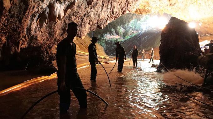 L'équipe de secours thaïlandaise pompe l'eau à l'entrée de la grotte.