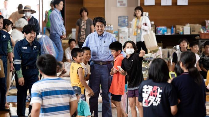 Mercredi, le premier ministre, Shinzo Abe, s'est brièvement entretenu en privé avec plusieurs sinistrés