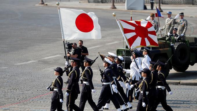 Les drapeaux singapourien et japonais ont ouvert le défilé aux côtés de l'emblème français, escortés par sept soldats de chaque nationalité.