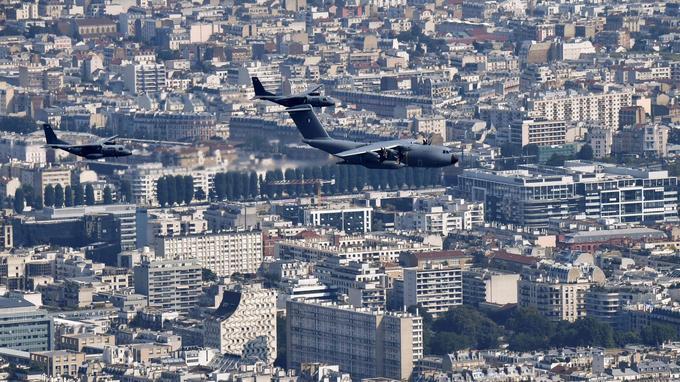 Un Airbus A400M Atlas survole Paris, samedi.