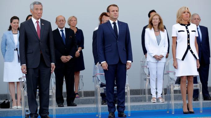 Emmanuel Macron a observé le défilé au côté du premier ministre singapourien Lee Hsien Loong.