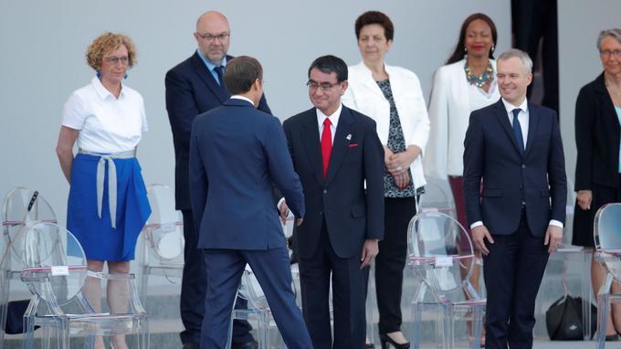 Emmanuel Macron salue le ministre des Affaires étrangères japonais Taro Kono.