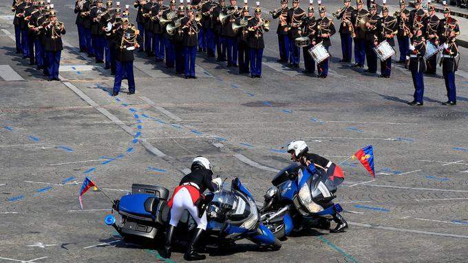 Les deux motos ont mal négocié leur virage lors de la parade.