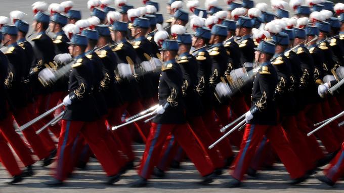 Des étudiants de l'école militaire Saint-Cyr défilent sur les Champs-Élysées, samedi.