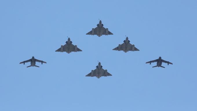 Deux Alphajets et quatre Mirage survolent les Champs-Élysées.