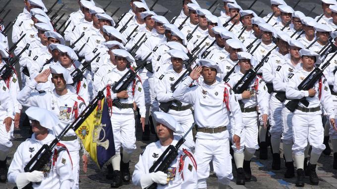 Des soldats du 27e bataillon de Chasseurs alpins ont également défilé. Les troupes de montagne, qui célèbrent leur 130e anniversaire, figuraient parmi les forces mises à l'honneur cette année.