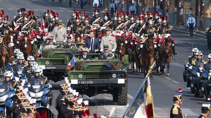 Emmanuel Macron a descendu l'avenue au côté de son chef d'état-major des Armées.