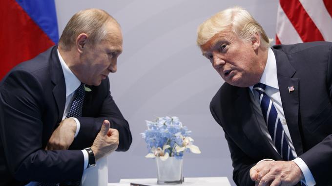 Vladimir Poutine et Donald Trump lors d'un échange en marge du G20 à Hambourg. Les deux présidents se recontreront de nouveau lundi en Finlande.