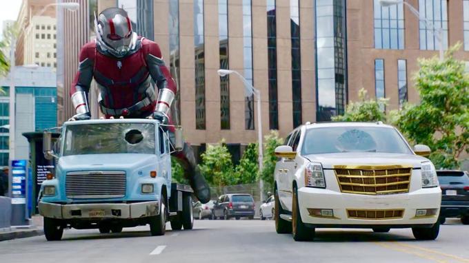 Ant-Man (Paul Rudd) peut grandir de façon à pouvoir faire du skateboard sur une camionnette dans les rues de San Francisco.