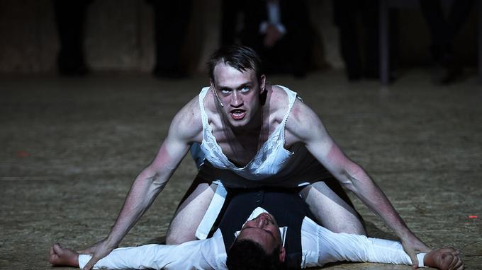 Extrait de l'adaptation des «Âmes mortes» en 2016 à Avignon avec les comédiens du centre Gogol de Moscou.