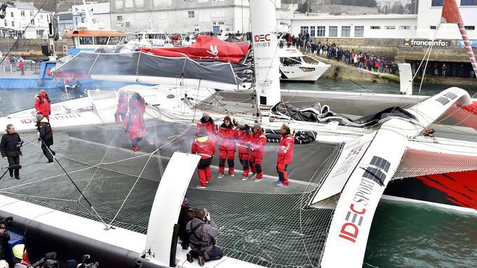 L'équipage de Francis Joyon, actuel détenteur du trophée Jules-Verne avec un tour du monde bouclé en 40 jours et 23 heures.