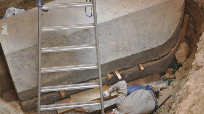 Les archéologues ont d'abord entrouvert le sarcophage, mais l'odeur les a forcés à quitter les lieux.