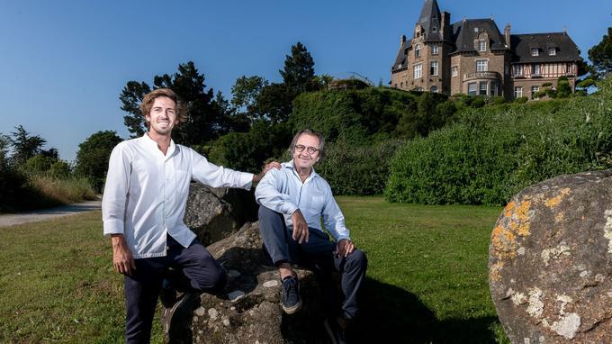 Hugo et Olivier Roellinger, dans le jardin de l'hôtel familial Château Richeux, sur la baie du Mont-Saint-Michel.