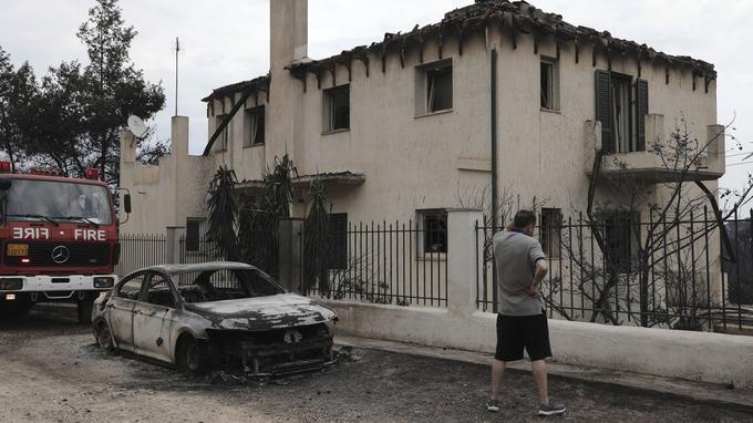 Un homme observe les dégâts dans le village de Neos Voutzas, près d'Athènes, mardi.