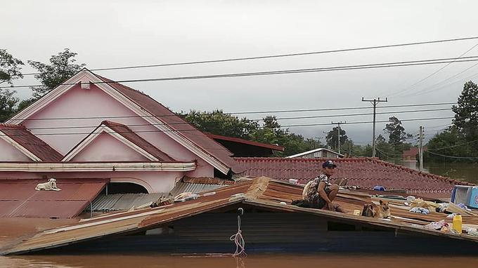 Des maisons submergées par les eaux après l'effonfrement d'un barrage hydroélectrique lundi.