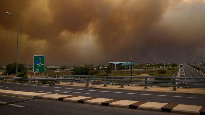 De la fumée d'incendie voile le ciel à Kineta, près d'Athènes.