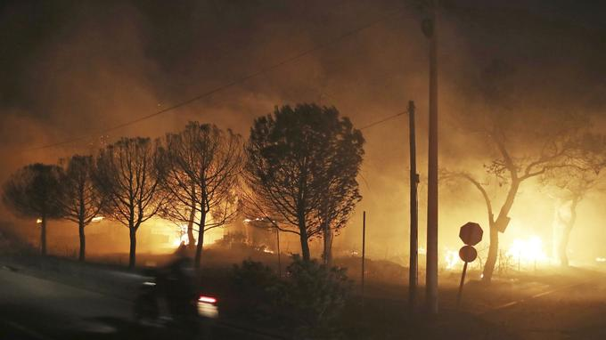 Des bâtiments en feu à Mati.
