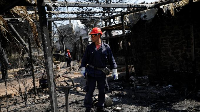 Les pompiers continuent de chercher des rescapés.