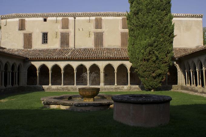 La pièce est donnée dans le cadre de l'abbaye de Saint-Hilaire, en pays cathare.