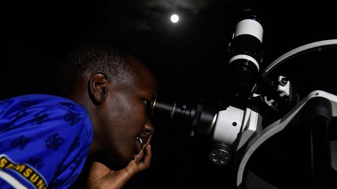 Un observateur près du lac Magadi.