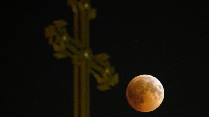 L'eclipse lunaire sur une cathédrale de l'église apostolique arménienne à Erevan