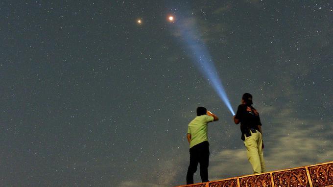 Les résidents regardent Mars à côté de l'éclipse lunaire à Padang