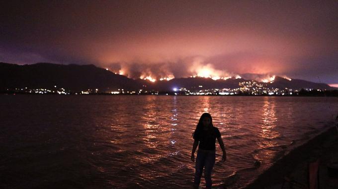 La forêt nationale de Cleveland en proie aux flammes, à Lake Elsinore. Les habitants ont été évacués.
