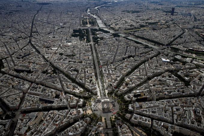 Les Champs-Élysées, le 14 juillet, jour de défilé militaire.