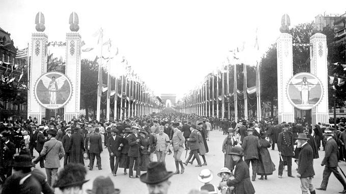 La foule dans l'avenue des Champs Élisez lors des Fêtes de la Victoire le 13 juillet 1919.