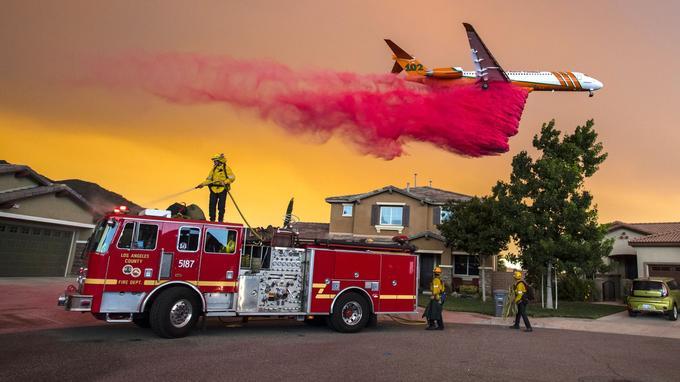 Pour lutter contre les flammes, près de Lake Elsinore, au sud est de Los Angeles, les pompiers utilisent un Boeing 747