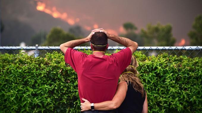 À Lake Elsinore, les habitants regardent les flammes se rapprocher