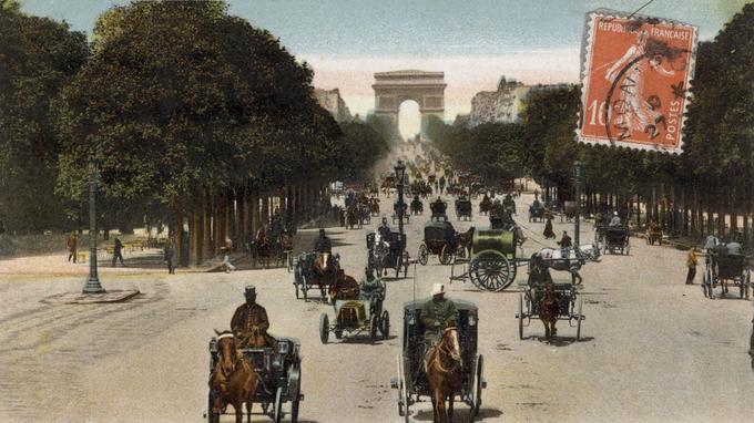 Paris et ses calèches avec au fond l'Arc de triomphe, carte postale, 1906.