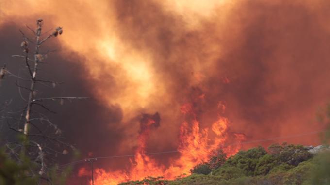 La fumée de l'incendie «Cranston» embrase le ciel de la route 243, au sud d'Idyllwild, en Californie, le mercredi 25 juillet 2018. Les autorités ont ordonné aux résidents de quitter Idyllwild, où habitent environ 12 000 personnes, et les communautés forestières des San Jacinto à l'est de Los Angeles.