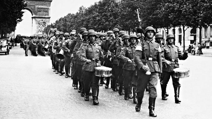 L'armée allemande parade sur l'avenue des Champs-Élysées en 1940.